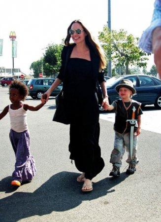 Анжелина Джоли и ее выводок