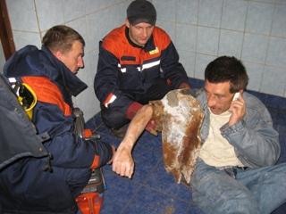 Украинец доставал упавшие в унитаз деньги и застрял