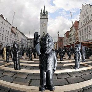 Гномы-нацисты подняли руки