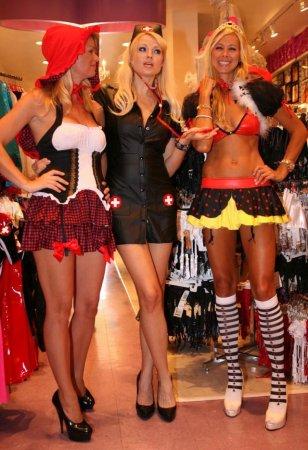 Irina Voronina, Brooke Taylor и Jesse Golden зашли в магазин