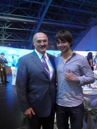 Рыбака раскритиковали за фото, где он стоит в обнимку с Лукашенко