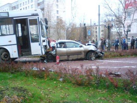 """Автобус """"убил"""" 19 машин в Перми"""
