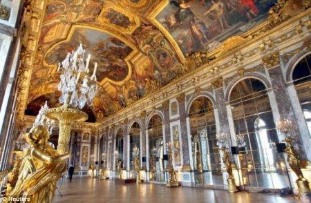 Сделал из квартиры Версаль
