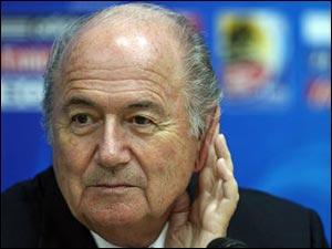 ФИФА собирает экстренное заседание. На повестке дня введение дополнительных арбитров уже на ЧМ-2010.