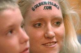 Девушке заплатили десять тысяч долларов за татуировку на лбу