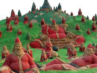 На пляже в Индии появились 100 песчаных Санта-Клаусов