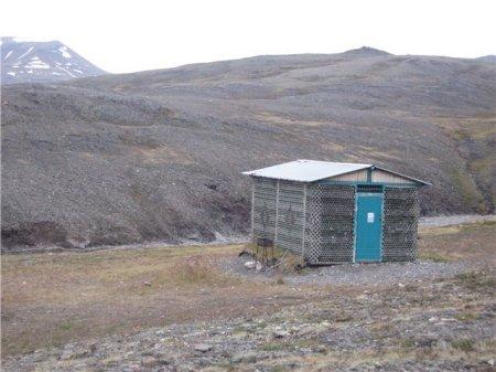 Бутылочный домик на Шпицбергене