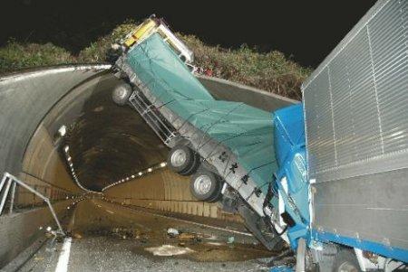 Невероятная авария грузовиков