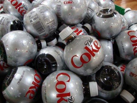 Coca Cola выпустила свой вариант елочных шаров (7 фото)