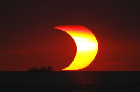 Сегодня проходит первое в 2010 году солнечное затмение