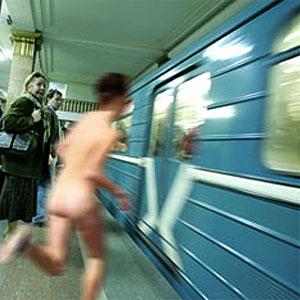 Трое голых бегали по московскому метро из-за спора с девушками