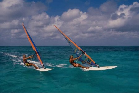 Море и серферы