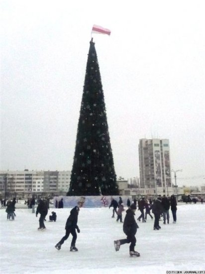 Флаг на новогодней елке : новые фотоснимки