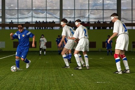 Из серии «Сильные люди» | Футбол в темноте