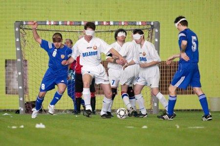 Из серии «Сильные люди»   Футбол в темноте