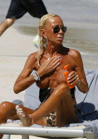 Донателла Версача пугает людей на пляже