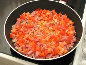 Яичница с ветчиной и помидорами