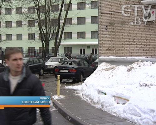 В Минске на Дорошевича  кусок льда, упавший с крыши, жутко покромсал автомобиль