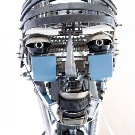Робот из пишущих машинок