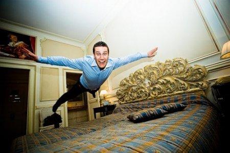 Кровать и фотоаппарат