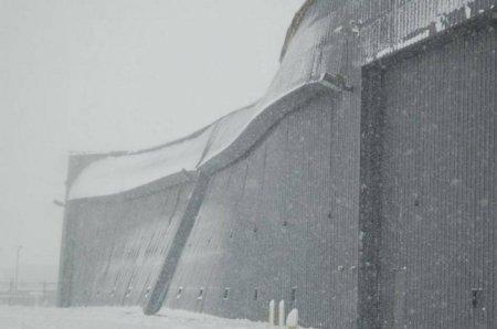 Снег надо с крыши вовремя убирать!