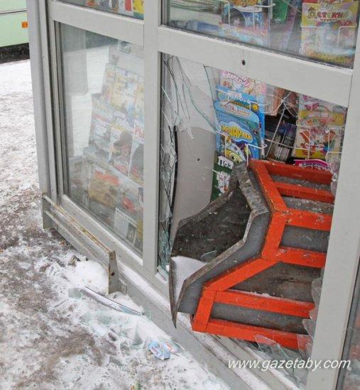 «Ровер» протаранил остановку возле «Риги» (фотофакт)