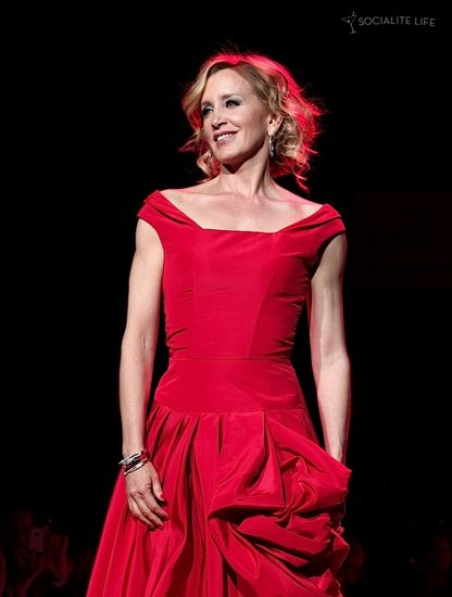 Женщины в красном прошли по подиуму Нью Йорка