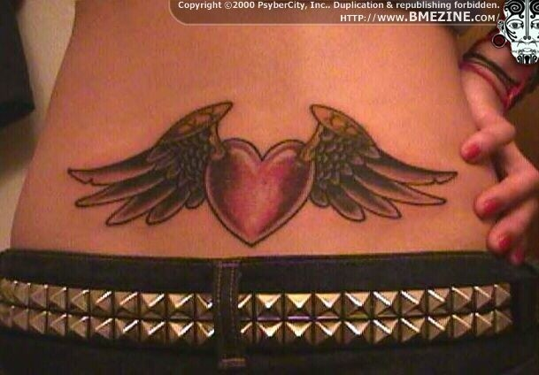 Татуировка крылышки на пояснице