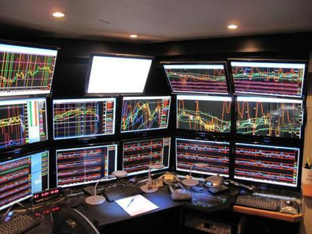 Впечатляющий домашний офис из 40-ка мониторов
