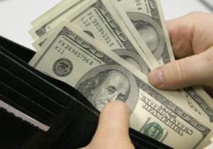 Помощь незнакомке обошлась минчанину в 6 тысяч долларов