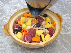 Говядина с черносливом, тушенные в горшочке