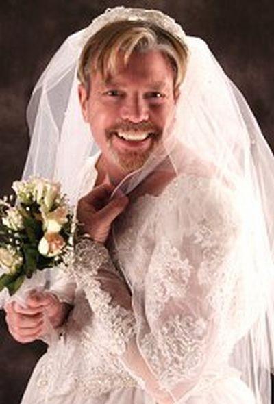 Мужчина в свадебном платье фото