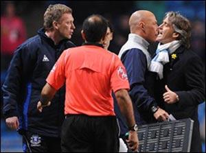 """Роберто Манчини теряет хладнокровие - поражение от """"Эвертона"""" едва не привело к драке с Дэвидом Мойесом"""