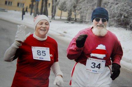 74-гадовы жодзінец за год прабег з бел-чырвона-белым сцягам у 23 марафонах