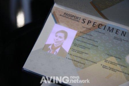 Паспорт с AMOLED экраном вместо фото