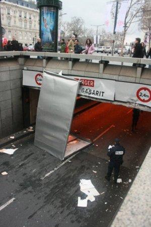 Авто не проехало под мостом