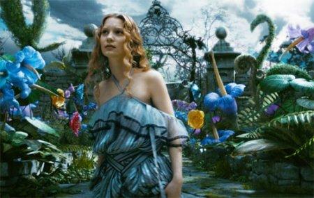 Алиса в стране чудес продолжает лидировать в прокате