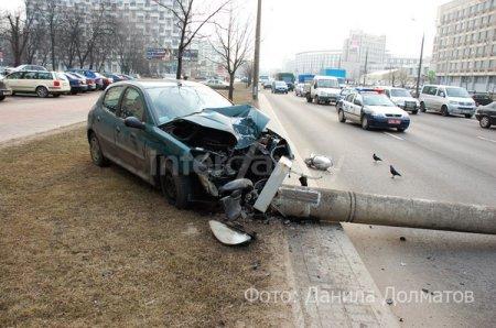 Peugeot снес столб на проспекте Машерова