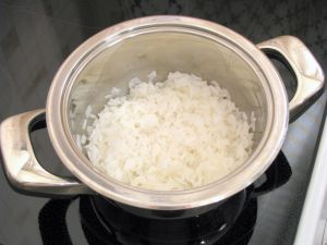 Кальмары с рисом и помидорами