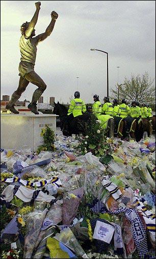"""""""Лидс Юнайтед"""" почтил память погибших в Стамбуле болельщиков клуба"""