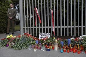В память о жертвах авиакатастрофы возле посольства Польши в Минске горят свечи