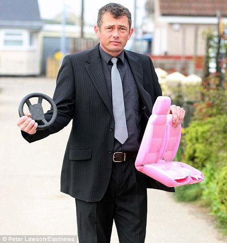 Англичанина лишили прав за пьяное вождение игрушечной машины