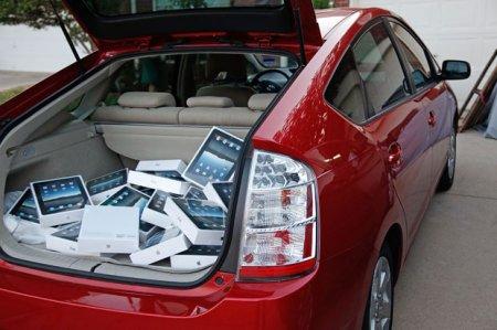 В первый день продано более 300 тысяч планшетников iPad. И это уже официально.