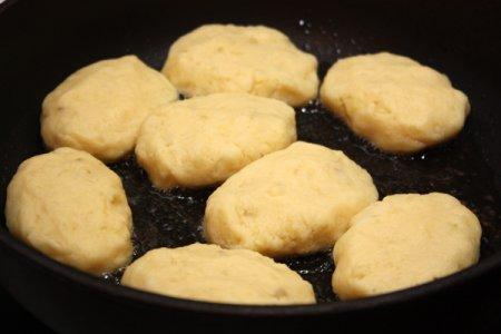 Картофельные котлеты с грибным соусом