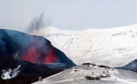 Извержение вулкана в Исландии (фото)