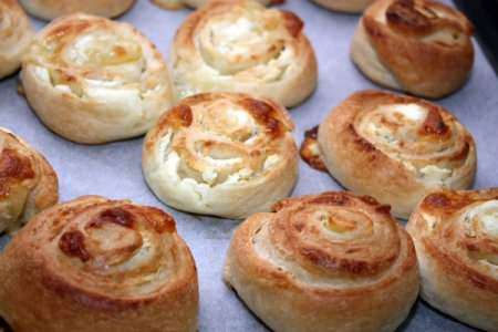 Сырные булочки из слоеного теста