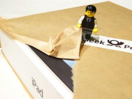 Микрограждане распаковывают iPad