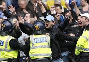 Английские фанаты в очередной раз учинили беспорядки во время матча !