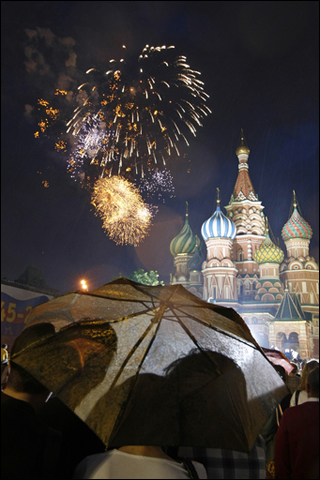 Феерический праздничный салют в Москве длился 15 минут