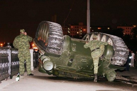 Танк времен ВОВ перевернулся возле Кремля